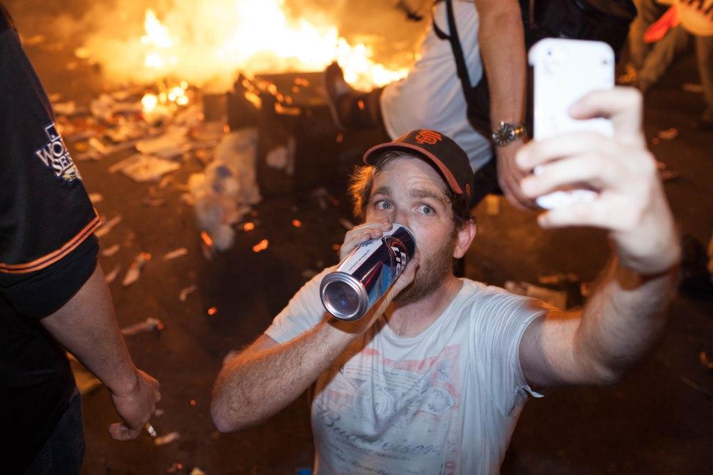 Beer,_fire,_selfie_-_San_Francisco_Giants_World_Series_2014_celebration